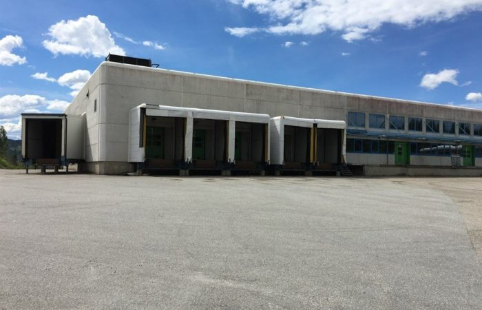 Slomarka 57 - Bilde av bygningen utenfra med lasteramper